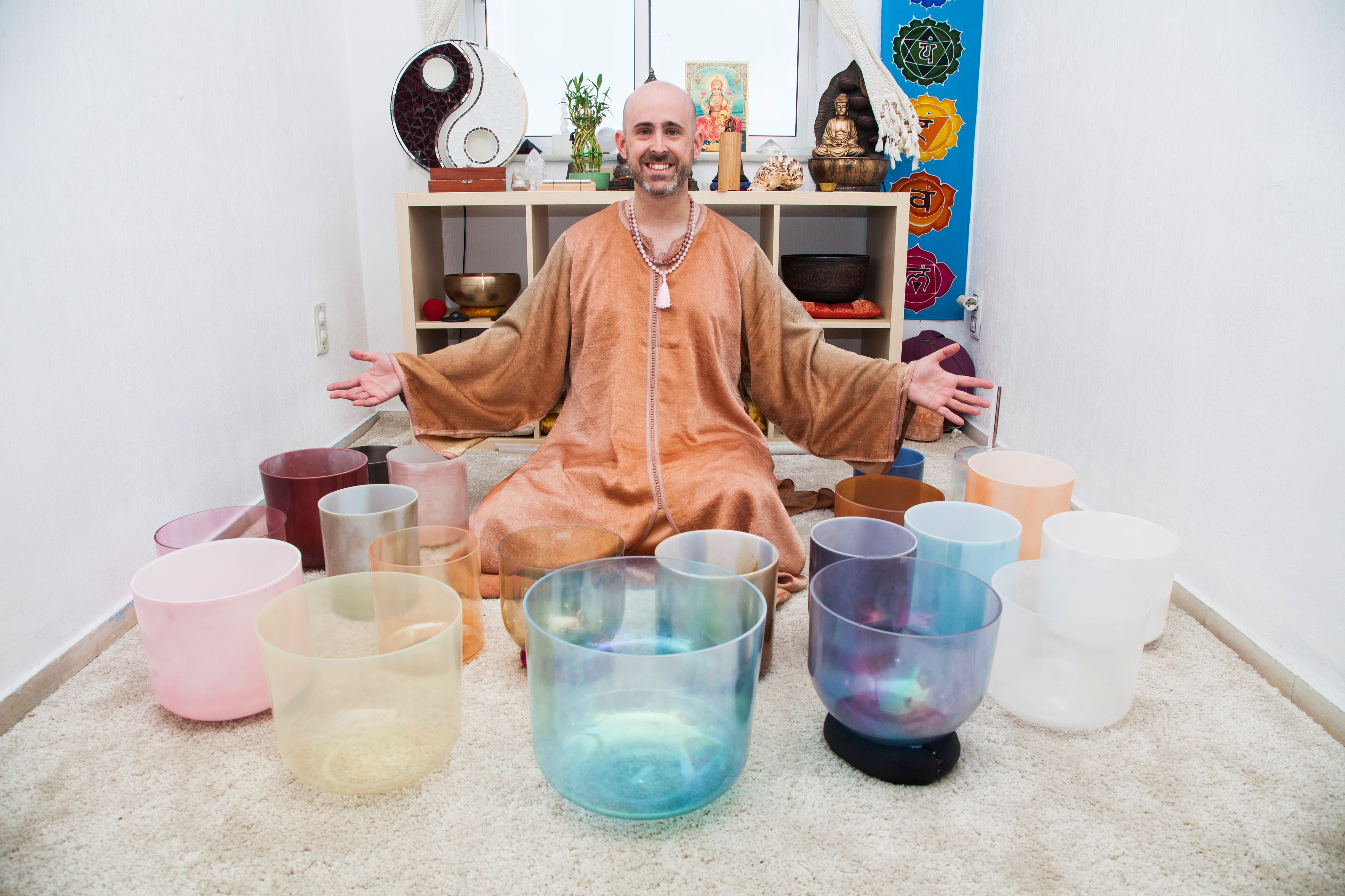 Imagen promocional de Jhebara Das con cuencos alquímicos Crystal Tones