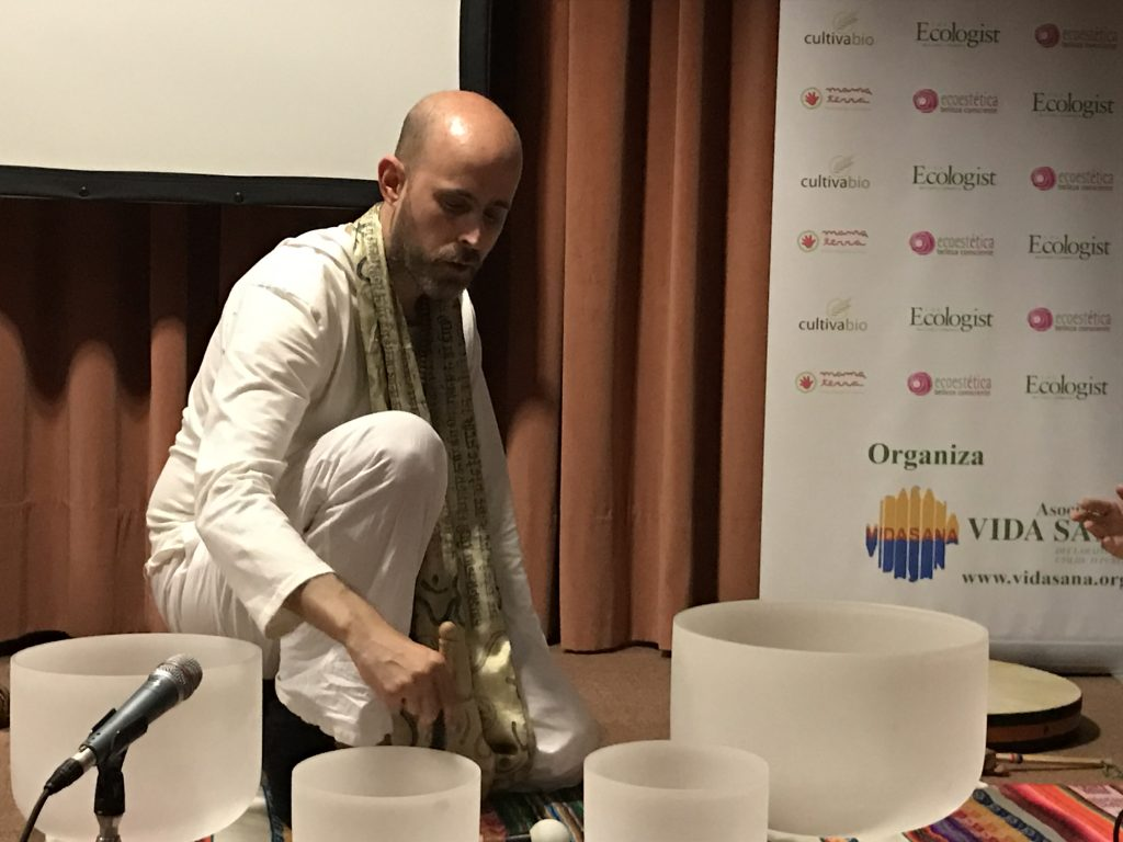 Jhebara Das con Cuencos de cuarzo en Biocultura-Sevilla-2017