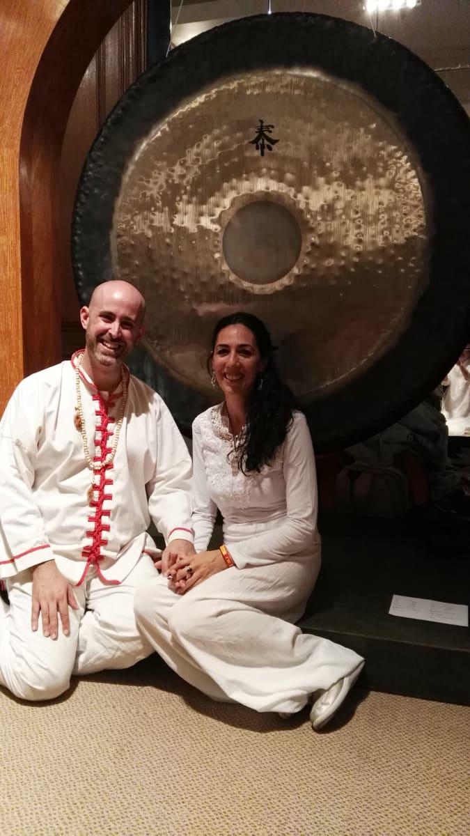 Jhebara Das y Thaybhari con un gran gong detrás