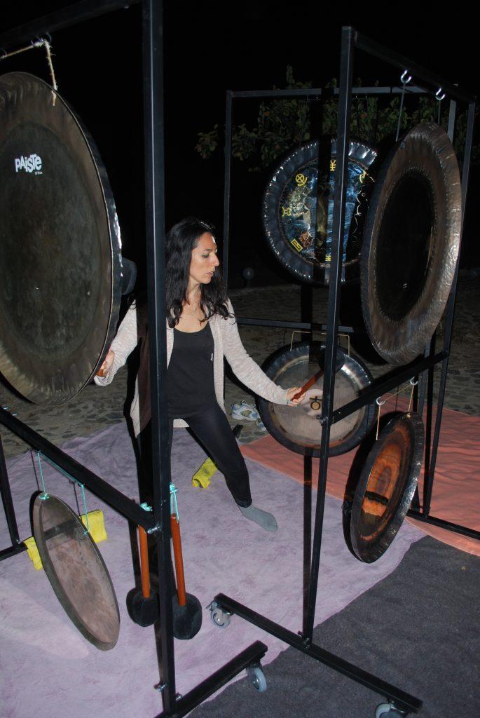 Sara gongplayer en Puja de Gongs facilitada por Diego Montenegro