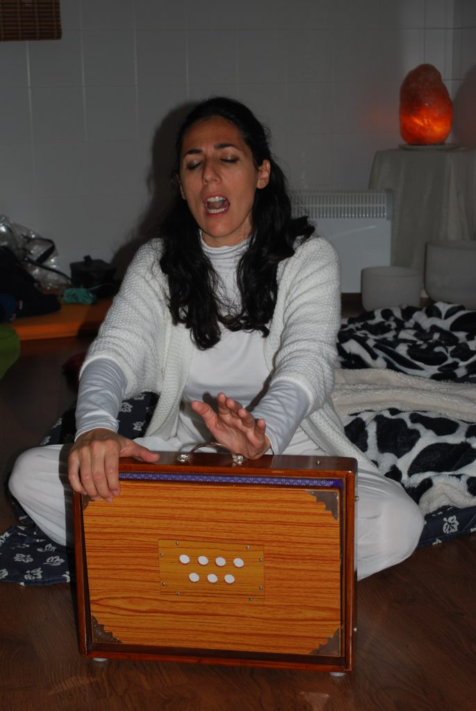 Sara Moguer cantando con Shruti Box