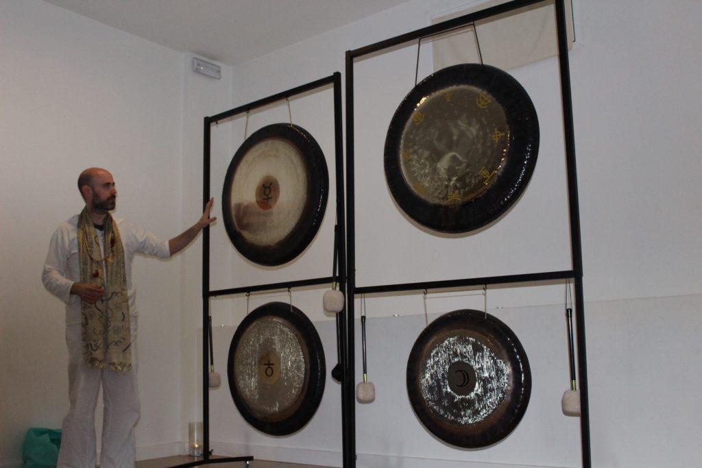 Jhebara Das dando una clase de gongs