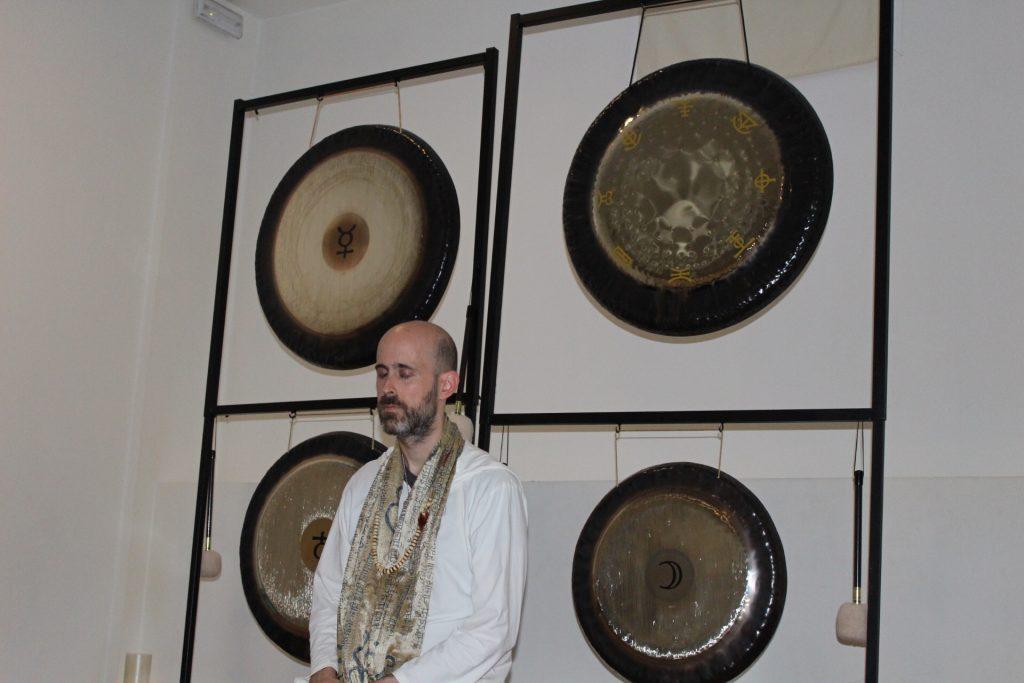 Jhebara Das antes de un baño de gongs