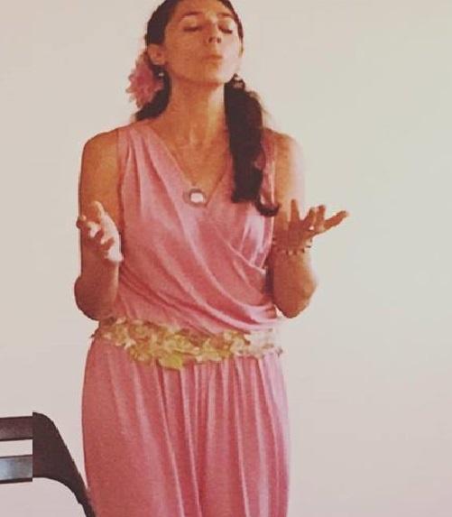 Imagen promocional de Sara Moguer cantando