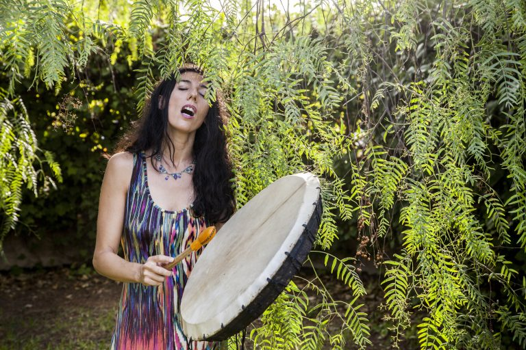Sara Moguer con tambor chamánico
