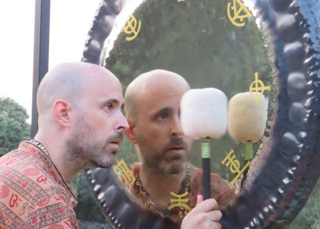 Jhebara Das con Gong espejo tántrico