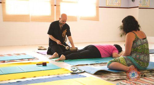 Jhebara Das ofreciendo un masaje con cuencos