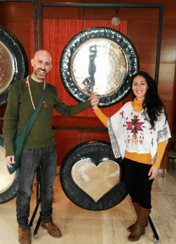 Sara y Luis junto al gong tántrico
