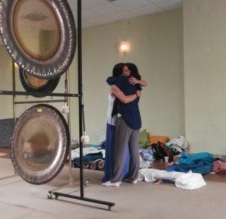Eva Luna fundida en un Abrazo tras la Puja