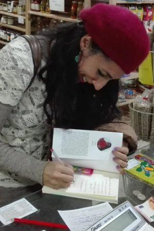 Sara firmando ejemplares de su obra La Casa del Corazón