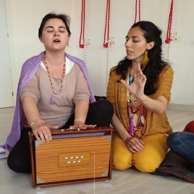 Sara Moguer enseñando a cantar con Shruti Box