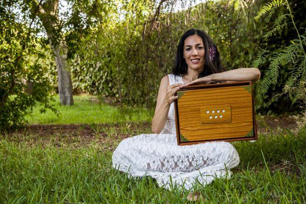 Sara Moguer con Shruti Box