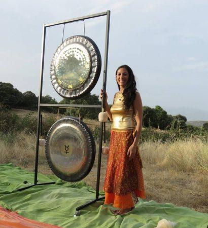 Sara Moguer en concierto gong en naturaleza
